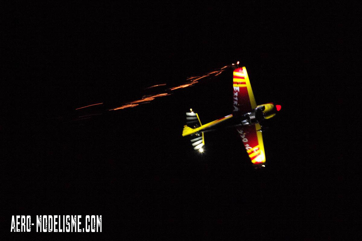 Voltige 3D de nuit avec un avion radiocommandé. Pilote Ludovic Martin, Les Ailes d'Alairac, Carca Modélisme, rencontre interclub Carcassone Club Aéromodélisme Argelès.