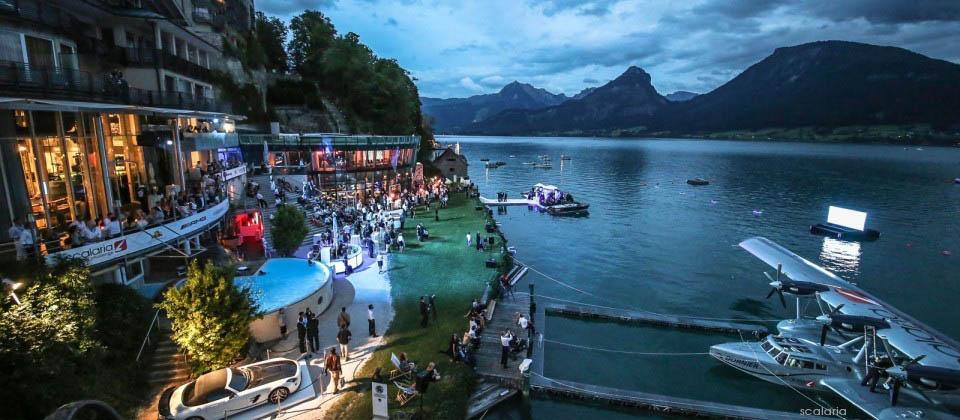 """L'hotel Scalaria en Autriche avec le Dornier 24 amarré devant lors du """"Scalaria Air Challenge"""". (crédit photo : Scalaria)"""