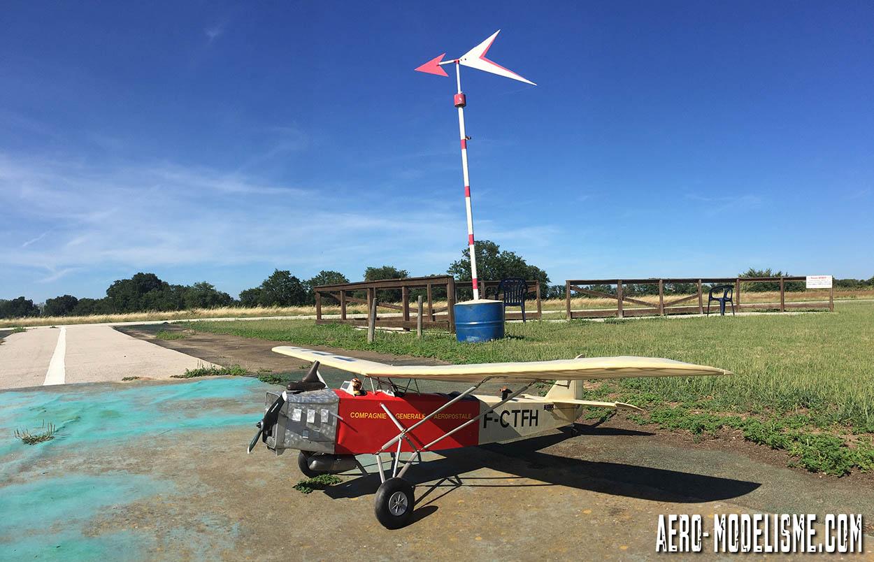 Le carré des pilote et sa belle girouette. Les élèves peuvent voler en dehors des horaires de cours avec leur matériel.