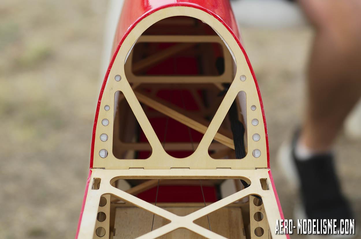 Détail sur la structure de l'Extra 300 particulièrement travaillée pour obtenir un rapport poids / puissance maximum pour la voltige 3D.