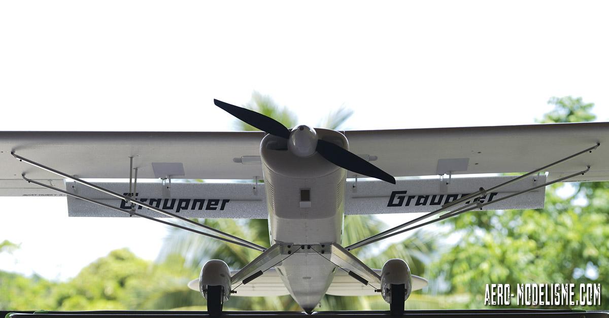 À droite un des mâteraux en position replié permettant de plaquer l'ensemble du haubanage contre l'aile lorsqu'on transporte l'avion.