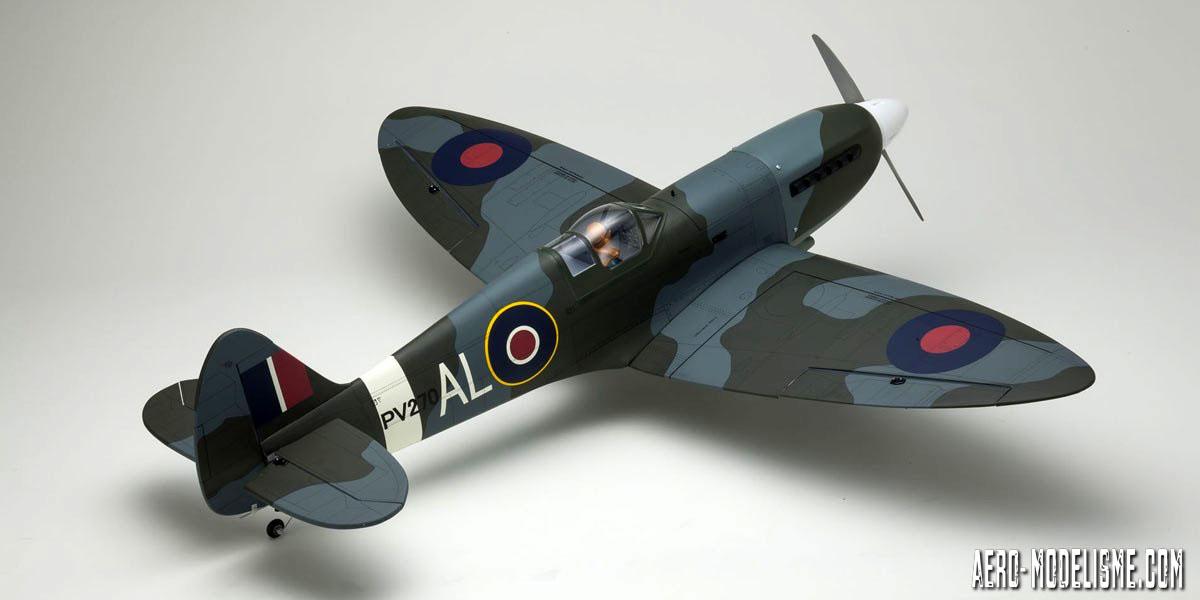 Vue gŽénéŽrale du Spitfire Mk.V avec son entoilage Oracover camouflage sur les ailes elliptiques typiques des Spitfires.