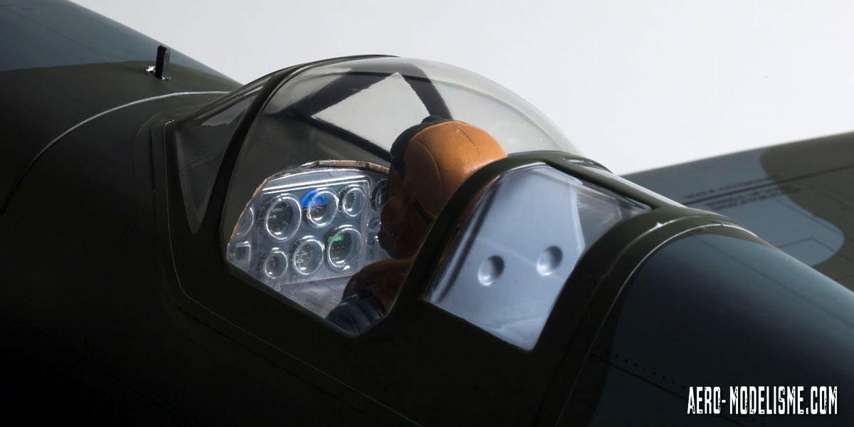 Le pilote livréŽ d'origine et le poste de pilotage avec son tableau de bord déŽtailléŽ pour plus de réŽalisme sur le Spitfire Mk.V thermique de chez Kyosho.