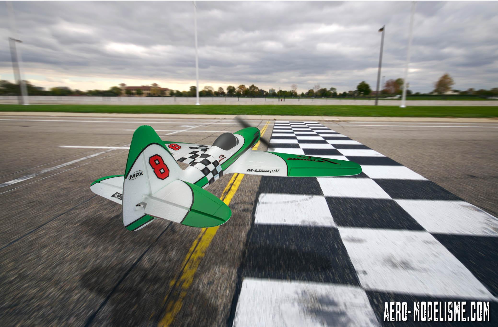 Un fond d'écran du Dogfighter de Multiplex en mode racer