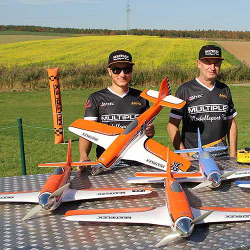 L'équipe Multiplex en plein test ! Sympa le cône d'hélice chromé !