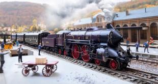 Locomotive MäŠrklin HO réŽprŽésentant une locomotive ˆ vapeur pour trains rapides du type bavarois S 2/6 en livrŽe violet-brun avec cerclage de chaudière d'orŽ des chemins de fer royaux bavarois (K.Bay.Sts.B.), pour utilisation sur le rŽéseau de la rive gauche du Rhin (rŽéseau palatin). ƒÉtat de service autour de 1910 jusqu'en 1912. RéŽf 37018. Source : MŠärklin.