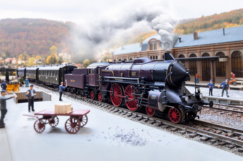 Locomotive MŠrklin HO rŽprŽsentant une locomotive ˆ vapeur pour trains rapides du type bavarois S 2/6 en livrŽe violet-brun avec cerclage de chaudire dorŽ des chemins de fer royaux bavarois (K.Bay.Sts.B.), pour utilisation sur le rŽseau de la rive gauche du Rhin (rŽseau palatin). ƒtat de service autour de 1910 jusquÕen 1912. RŽf 37018. Source : MŠrklin.