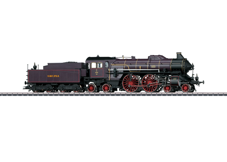 Locomotive MäŠrklin HO réŽprŽésentant une locomotive ˆ vapeur pour trains rapides du type bavarois S 2/6 en livrŽe violet-brun avec cerclage de chaudière d'orŽ des chemins de fer royaux bavarois (K.Bay.Sts.B.), pour utilisation sur le rŽéseau de la rive gauche du Rhin (rŽéseau palatin). ƒÉtat de service autour de 1910 jusqu'en 1912. RɎf 37018. Source : MŠärklin.
