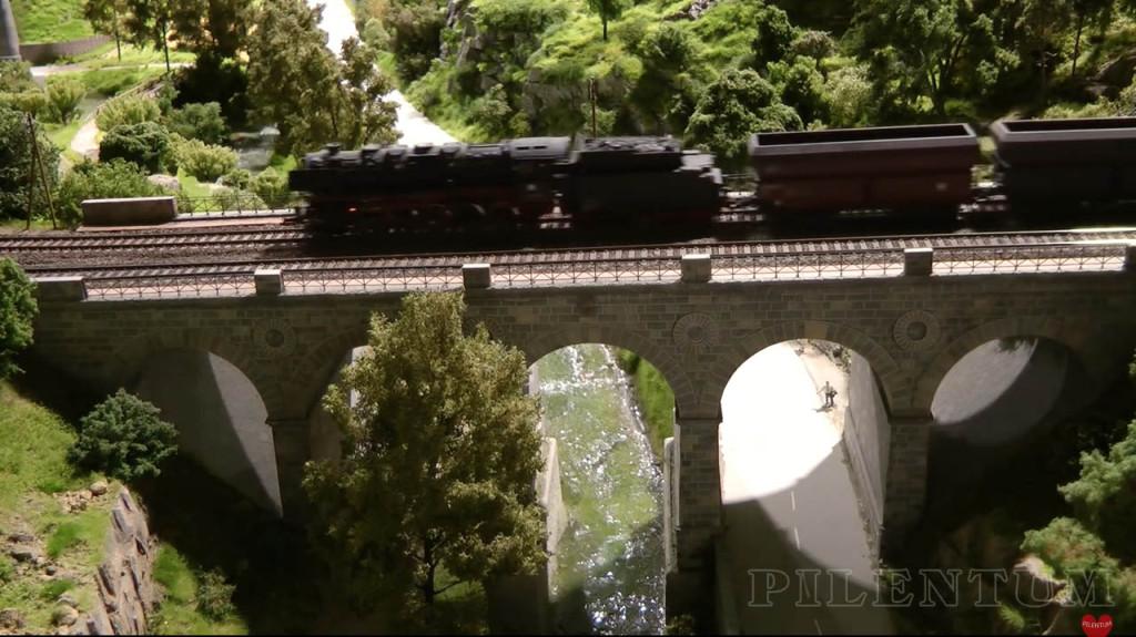 Passage d'une loco vapeur sur un pont. Modellbundesbahn, un rŽeseau de trains Želectrique HO allemagne. Source chaine youtube : Piletum TV