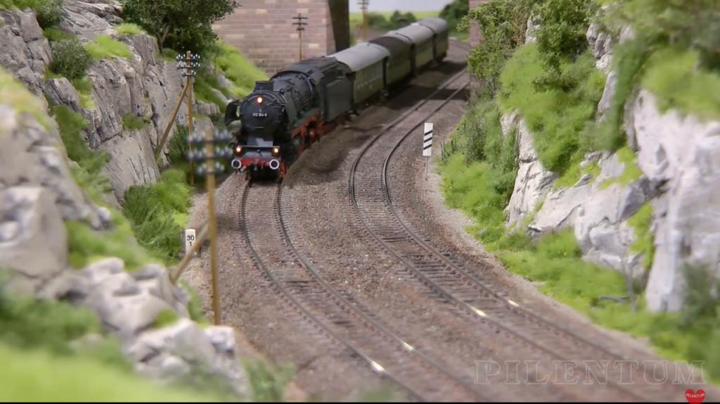 Locomotive vapeur en approche. Modellbundesbahn, un rŽeseau de trains Želectrique HO allemagne. Source chaine youtube : Piletum TV