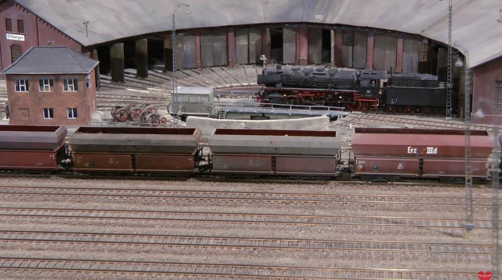 Manoeuvre sur la rotonde dans le dépôt vapeur. Modellbundesbahn, rŽéseau HO allemangne. Source chaine youtube : Piletum TV