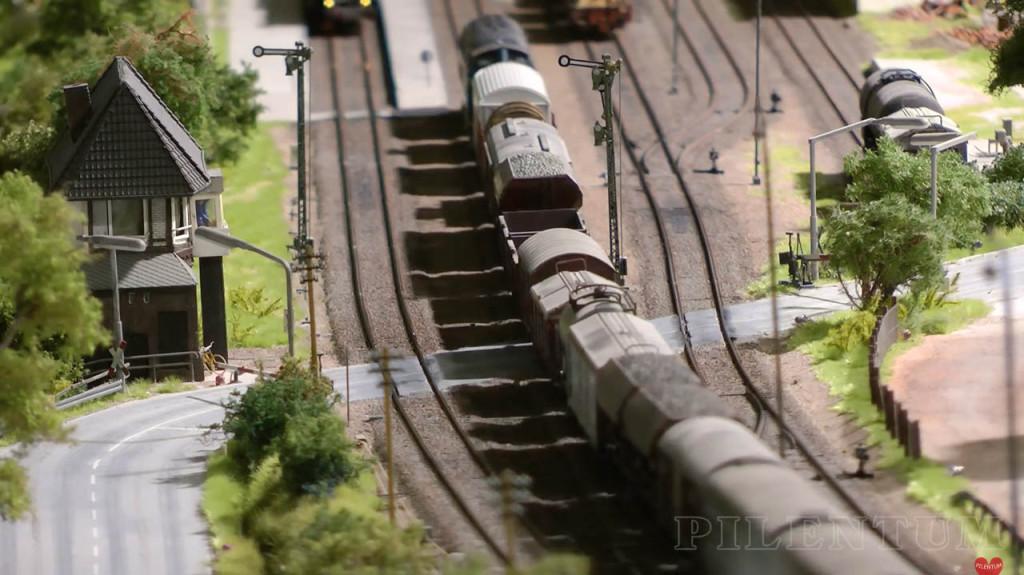 Un train de marchandise entre en gare. Modellbundesbahn, un reŽseau de trains eŽlectrique HO allemangne. Source chaine youtube : Piletum TV