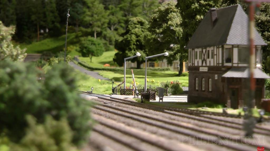 Passage à niveau. Modellbundesbahn, rŽéseau HO allemangne. Source chaine youtube : Piletum TV