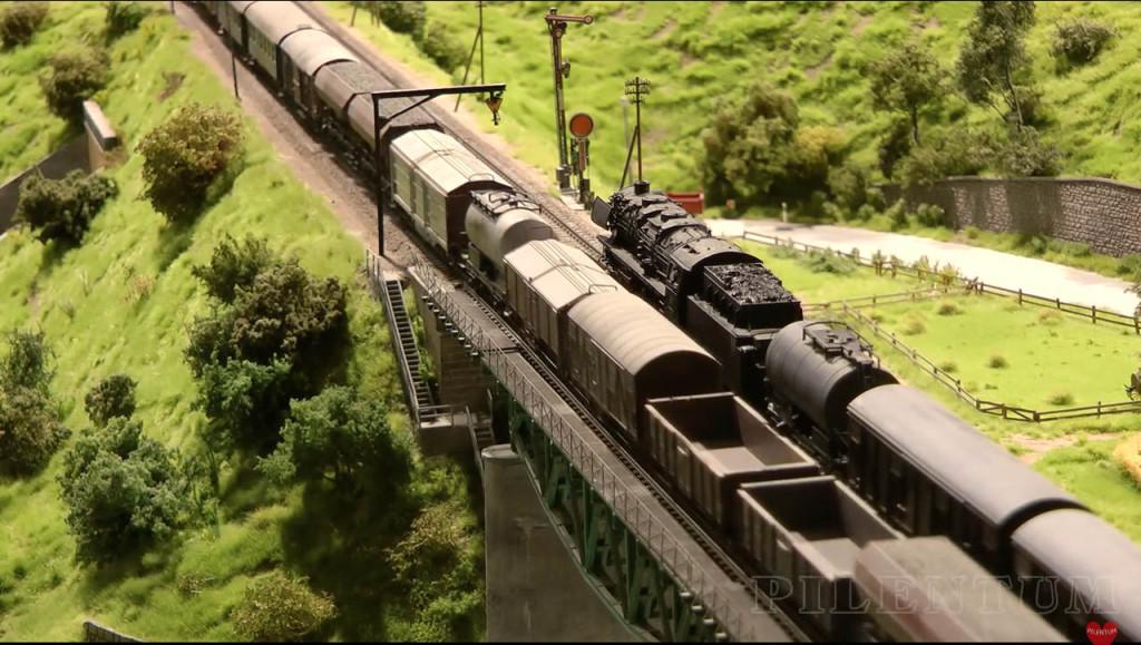 Passage d'un train de marchandises. Modellbundesbahn, un rŽeseau de trains Želectrique HO allemagne. Source chaine youtube : Piletum TV