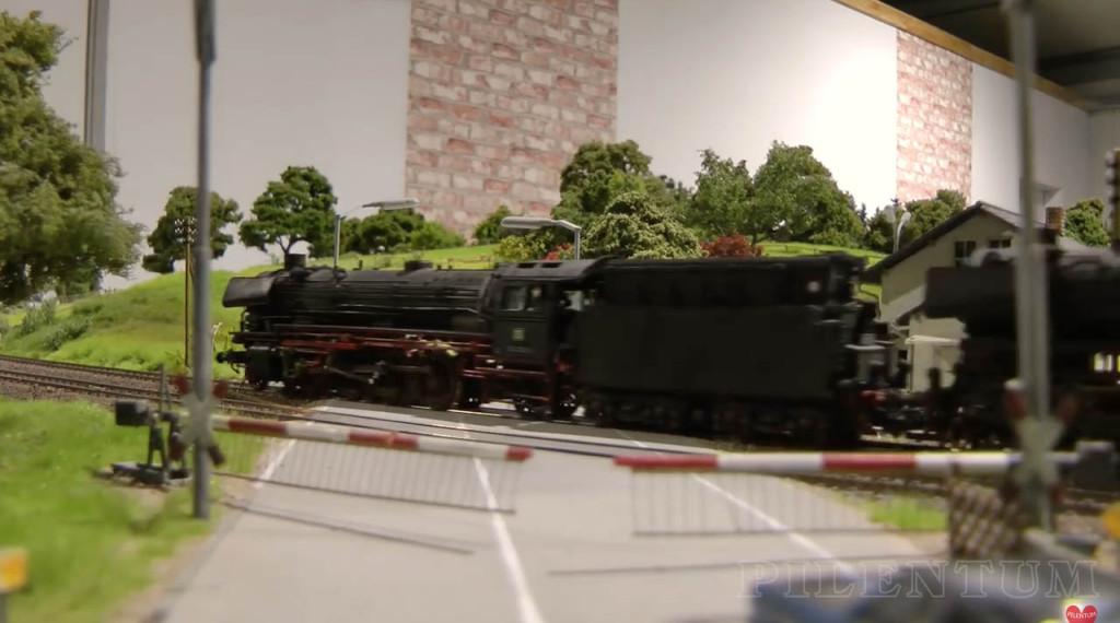 Passage à niveau. Modellbundesbahn, un reŽseau de trains eŽlectrique HO allemangne. Source chaine youtube : Piletum TV