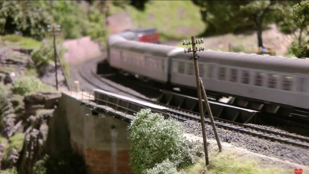 Passage sur un pont. Modellbundesbahn, rŽéseau HO allemangne. Source chaine youtube : Piletum TV