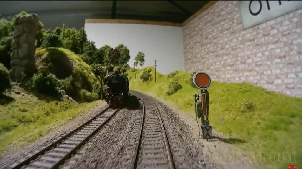 Croisement d'une loco vapeur. Modellbundesbahn, un rŽeseau de trains eŽlectrique HO allemangne. Source chaine youtube : Piletum TV