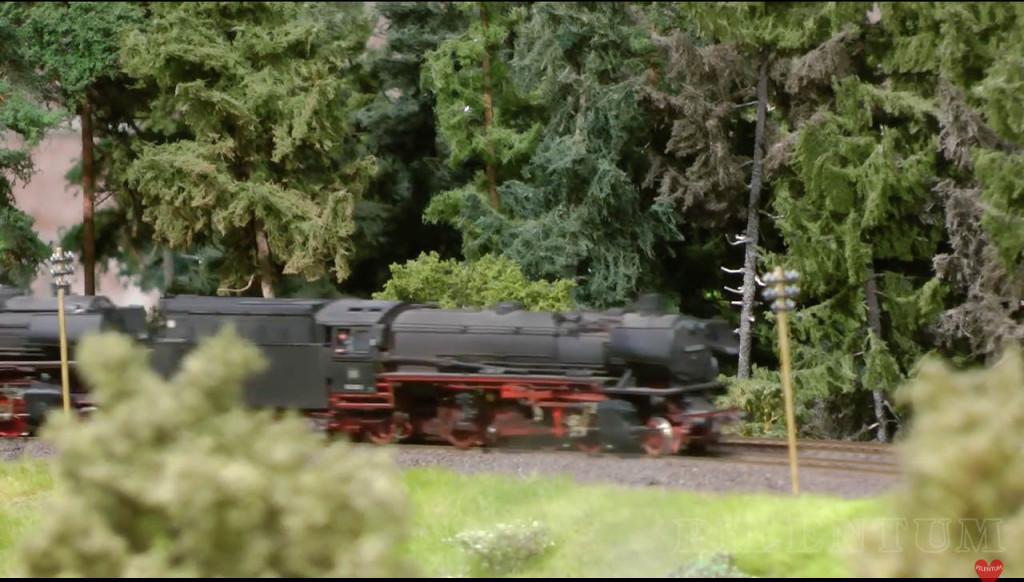Passage d'une loco vapeur. Modellbundesbahn, un rŽeseau de trains Želectrique HO allemagne. Source chaine youtube : Piletum TV