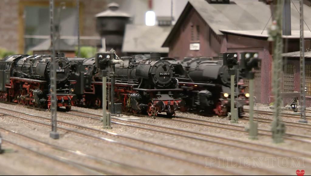 Croisement en gare de loco vapeur. Modellbundesbahn, rŽéseau HO allemangne. Source chaine youtube : Piletum TV