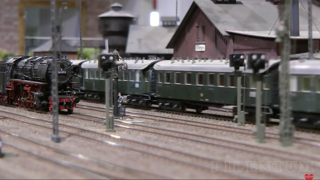 Passage d'un train de voyageur. Modellbundesbahn, rŽéseau HO allemangne. Source chaine youtube : Piletum TV