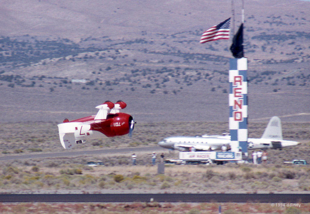 Gee Bee R2 de Benjamin Delmar en vol de démonstration lors du Reno National Championship Air Races. Remerciements à Dennis pour le partage de ses archives. Crédit : 1994 Dennis.D, site : flickr-ddindy.