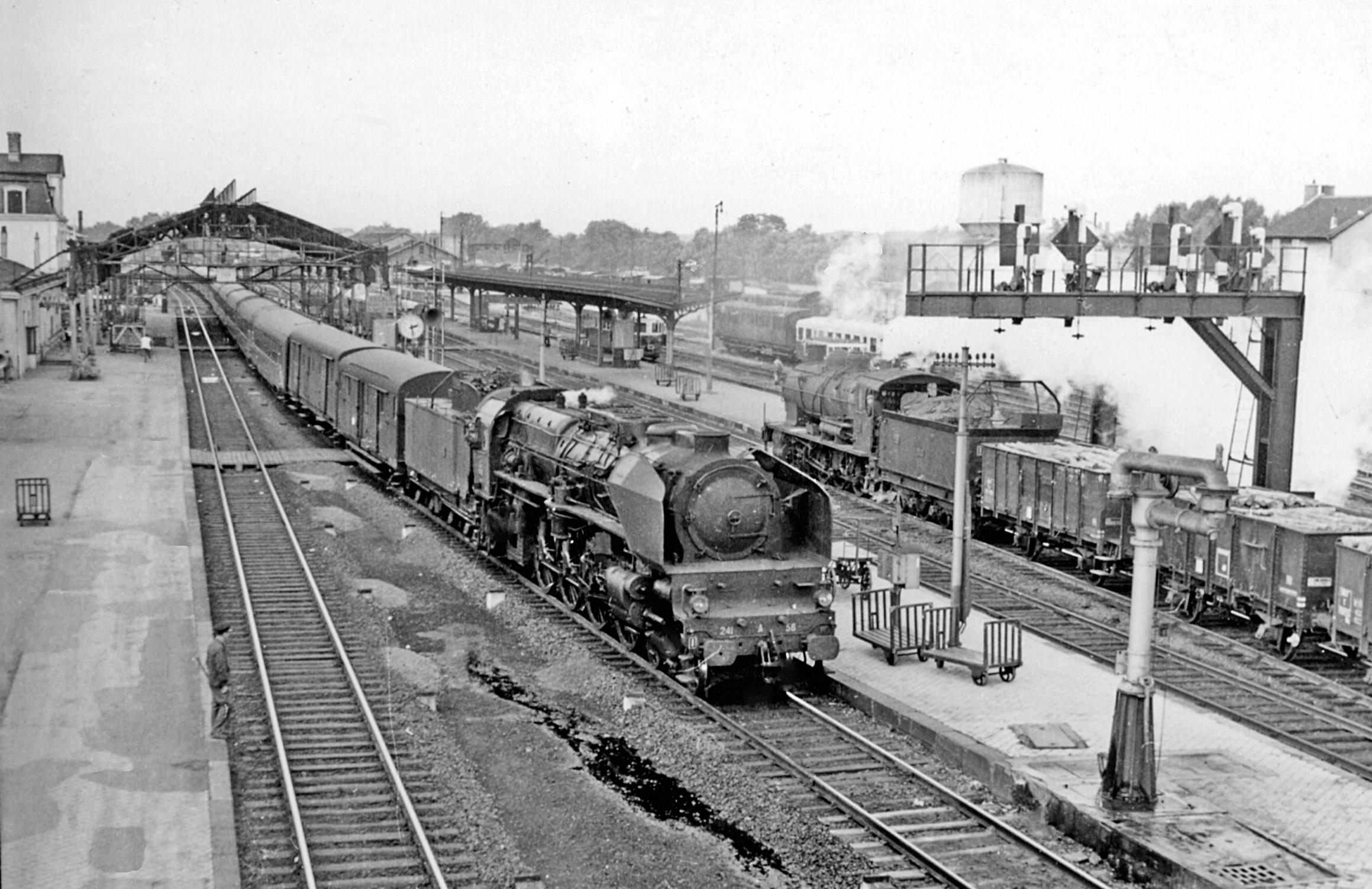 Un express tracté par une 241 A en gare de Châlons-sur-Marne, 23 Septembre 1958. En face une 2-8-0 tractant du fret depuis Troyes. Crédit CC/ wiki du médecin retraité Ben Brooksbank.