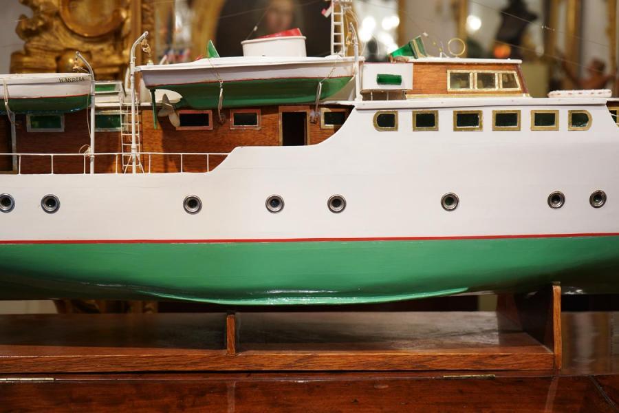 bateau télécommandé en bois
